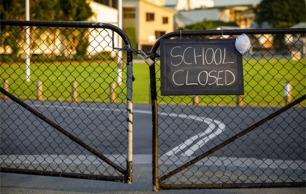 Zavření škol bylo chybou, připouští britská studie